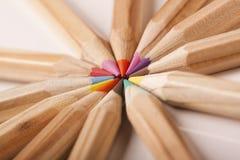 Abrégé sur coloré crayons ! Cercle Photos stock