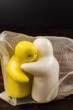 Abrégé sur concept d'étreindre les poupées en céramique sur la table en bois Photos libres de droits