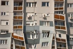 Abrégé sur construction - refléter des appartements et des fenêtres images libres de droits