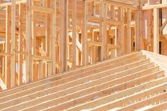 Abrégé sur de encadrement maison en bois au chantier de construction Images libres de droits