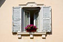 Abrégé sur de l'Italie de palais de Varèse de fenêtre de Venegono Image stock