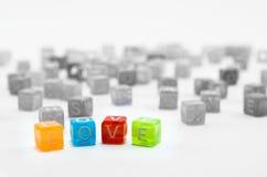 Abrégé sur mot d'amour Petit cubesd coloré d'isolement sur le fond blanc Image stock