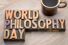 Abrégé sur mot de jour de philosophie du monde dans le type en bois Images stock