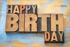 Abrégé sur mot de joyeux anniversaire dans le type en bois Photographie stock libre de droits