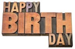 Abrégé sur mot de joyeux anniversaire dans le type en bois Photo stock