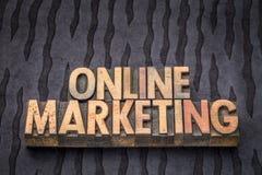 Abrégé sur mot de marketing en ligne dans le type en bois Photographie stock