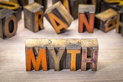Abrégé sur mot de mythe dans le type en bois d'impression typographique Images libres de droits