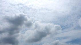 Abrégé sur pelucheux nuage de stratocumulus, de cumulus et de nimbostratus de fond sur le ciel bleu images libres de droits