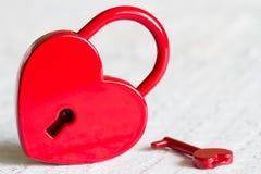 Abrégé sur rouge amour de jour de valentines de forme de coeur de cadenas Photographie stock