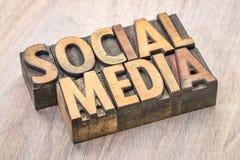 Abrégé sur social mot de media dans le type en bois Photo stock