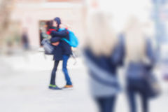 abrégez le fond Tache floue de mouvement intentionnelle Premier ressort, embrassant des couples dans la rue Pour le modèle modern Images libres de droits