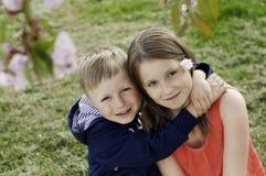 Abraçando irmãos Imagens de Stock Royalty Free