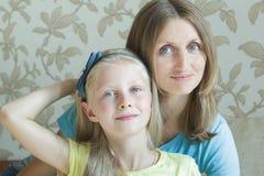 Abraçando a mãe e o seu retrato da família da filha adolescente Fotografia de Stock