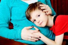 Abraçando a mamã Imagens de Stock Royalty Free