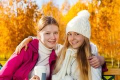 Abraçando meninas com café Foto de Stock