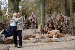 Abraçando o homem grande dos pares com amor fotos de stock