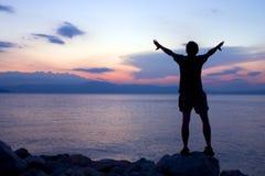 Abraçando o por do sol Fotografia de Stock Royalty Free