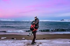 Abraçando pares de adolescentes na costa do mar de Barents em Teriberka, região de Murmansk, Rússia Fotos de Stock
