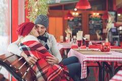 Abraçando pares em um café imagens de stock royalty free