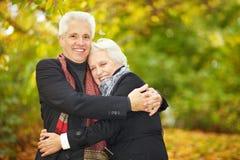 Abraçando pares em uma floresta Imagem de Stock Royalty Free