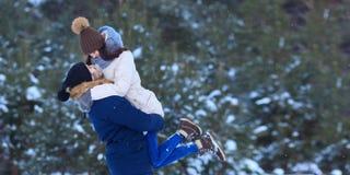 Abraçando pares felizes no tempo de inverno imagens de stock