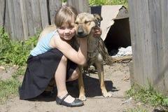 Abraçando um cão fotografia de stock