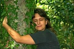 abraçando uma árvore Fotografia de Stock