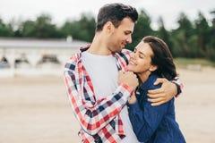 Abraço alegre da mulher e do homem Fotografia de Stock Royalty Free