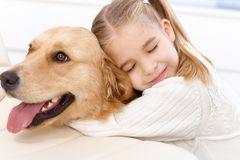 Abraço bonito da menina e do cão Foto de Stock