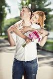 Abraço bonito dos pares no parque Foto de Stock