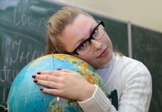 Abraço da mulher um globo Fotos de Stock Royalty Free