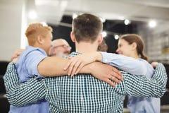 Abraço do grupo na sessão de terapia fotografia de stock