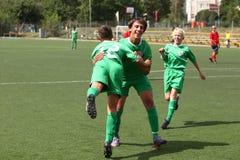 Abraço dos jogadores de futebol Fotografia de Stock Royalty Free