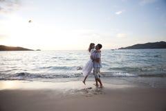 Abraço dos pares de amantes novos Fotografia de Stock Royalty Free