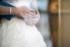 Abraço dos recém-casados Fotos de Stock