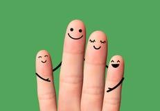 Abraço feliz da família no fundo verde. Fotos de Stock Royalty Free