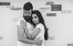 Abraço macio Os pares no amor apreciam-se data romântica Pares na data romântica do amor que afaga fora a parede leve fotografia de stock