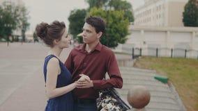Abraço novo dos pares na rua da cidade Aperto considerável do homem e da mulher filme