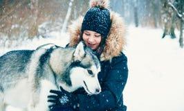 Abraços delicados Cão e menina Fotografia de Stock Royalty Free