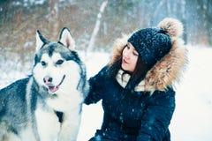 Abraços delicados Cão e menina Imagens de Stock