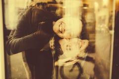Abraços e riso dos pares do vintage Imagem de Stock