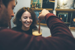 Abraços e riso dos pares do vintage Imagens de Stock Royalty Free