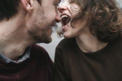Abraços e riso dos pares do vintage Copos de café e feijões de café frescos ao redor Imagens de Stock