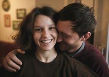 Abraços e riso dos pares do vintage Copos de café e feijões de café frescos ao redor Imagem de Stock