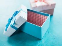 Abra al bebé azul del presente de la sorpresa de la caja de regalo imagen de archivo libre de regalías