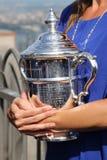 Abra 2015 al campeón Flavia Pennetta que sostiene el trofeo del US Open en el top de la plataforma de observación de la roca en e Foto de archivo