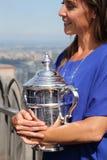 Abra 2015 al campeón Flavia Pennetta que sostiene el trofeo del US Open en el top de la plataforma de observación de la roca en e Foto de archivo libre de regalías