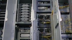 Abra armários com os painéis do controlo automático vídeos de arquivo