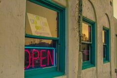 Abra assinam dentro o hotel velho no rancho do Vale da Morte Imagem de Stock