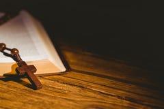 Abra a Bíblia com grânulos do rosário Imagem de Stock